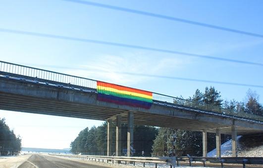 Белорусские ЛГБТ-активисты вывесили радужный флаг над трассой в Минске