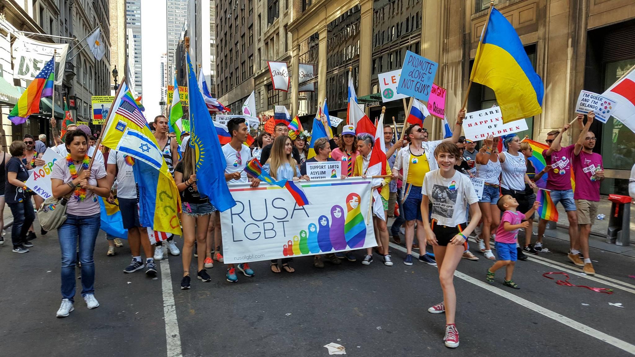 Шквал критики обрушился на несшую флаг Казахстана участницу гей-парада в США