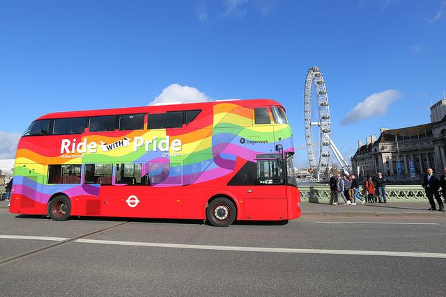 В Лондоне представили городской автобус, оформленный в цветах ЛГБТ-флага