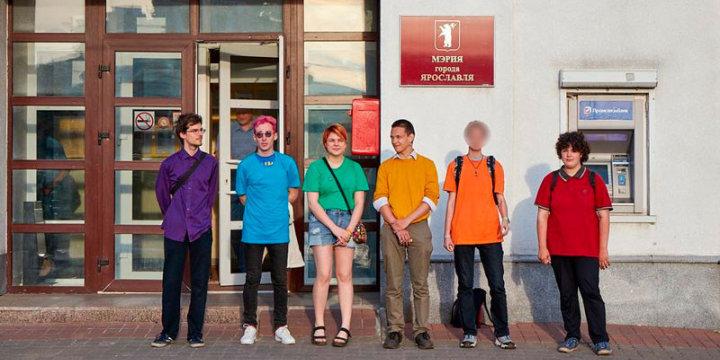 """Мешканця російського Ярославля звинувачуть у """"гей-пропаганді"""" через кольорову футболку"""