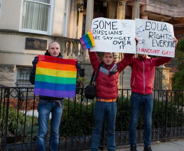 Посольство Белоруссии в США пикетировали в поддержку гей-прайда в Минске