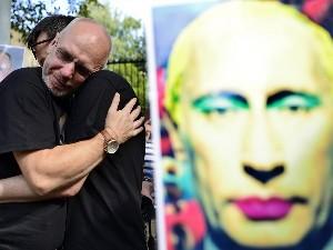 Посольства Росії по всьому світу пікетували захисники прав ЛГБТ