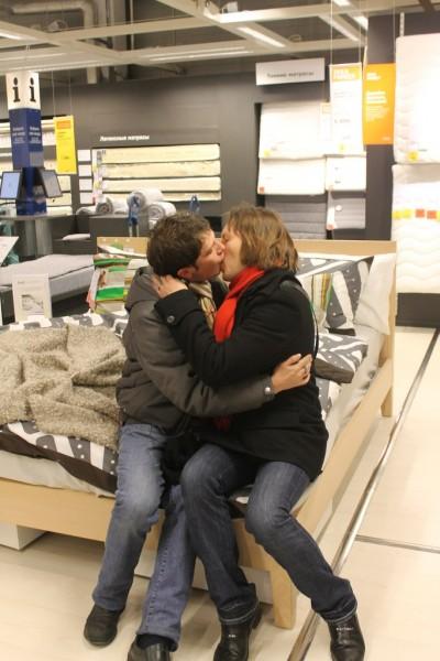 Российские ЛГБТ-активисты целовались в магазине IKEA в знак протеста