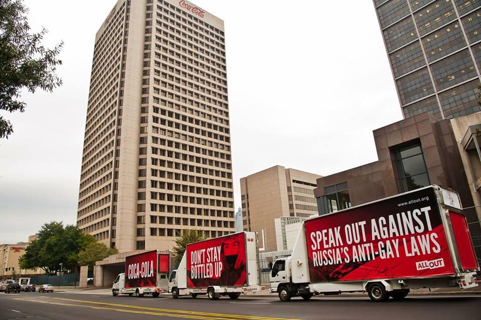 В США правозащитники призывали Coca-Cola отказаться от спонсирования Олимпиады рекламой на грузовиках