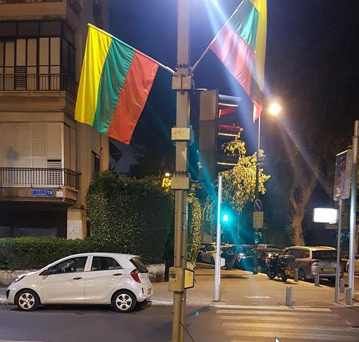 У Тель-Авіві перед гей-прайдом замість прапорів ЛГБТ повісили прапори Литви – соцмережі
