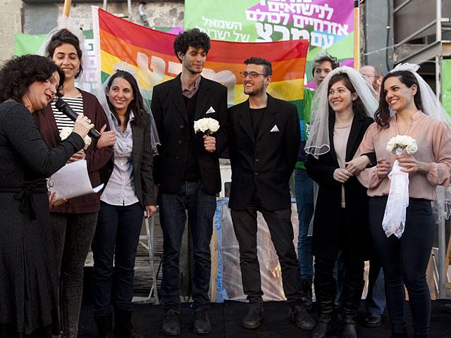 """Израильские ЛГБТ-активисты поцелуями и """"свадьбой"""" ответили на предвыборный ролик"""