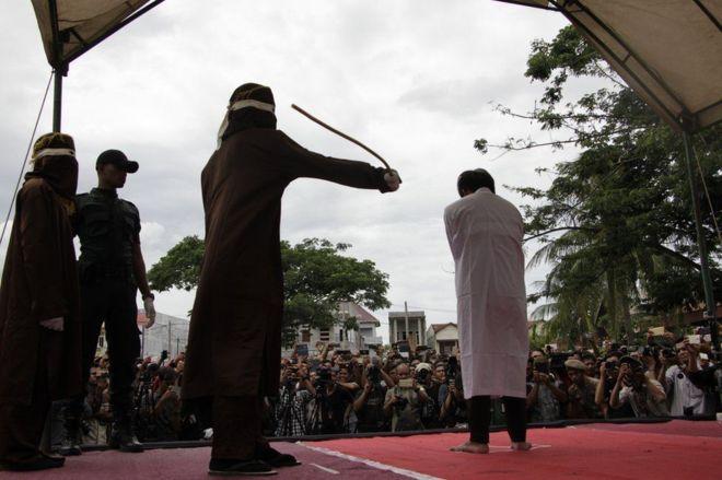 В Индонезии двое геев подверглись публичной порке