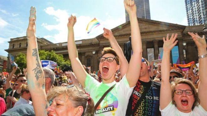 Австралийцы проголосовали на референдуме за признание гей-браков