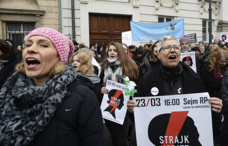 У Польщі тисячі жінок знову протестують проти посилення закону про аборти