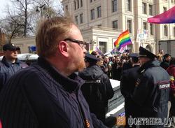 """""""Можно я ему голову оторву?"""": полиция Петербурга оградила ЛГБТ-активистов от Милонова на первомайском шествии"""