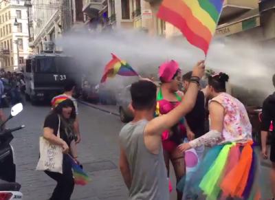 В Турции полиция жестко разогнала гей-парад водометами и резиновыми пулями