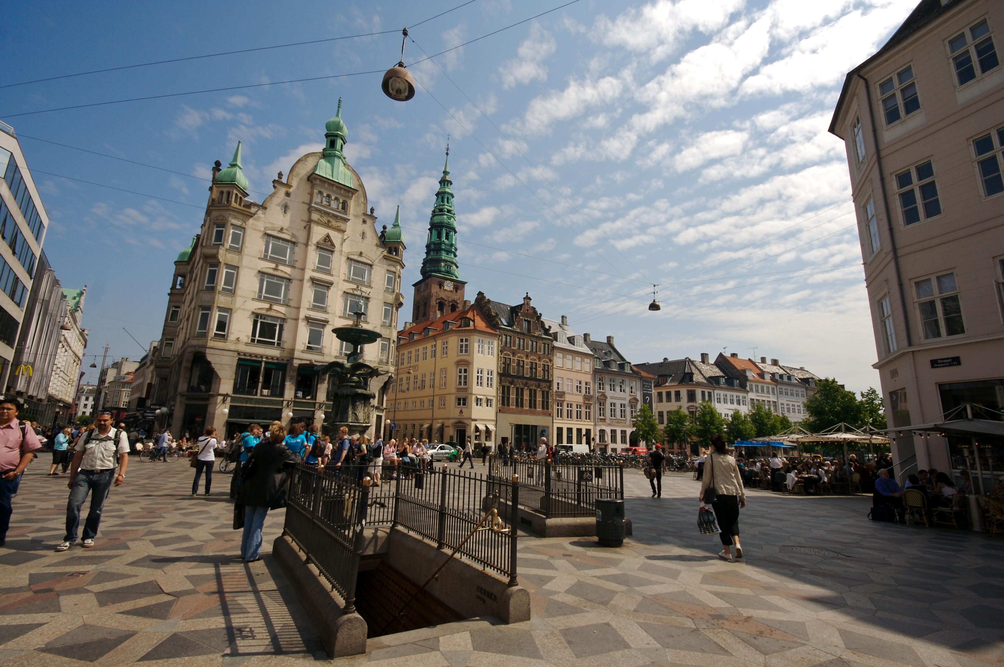 Центральна площа Копенгагена переіменована на честь прапора ЛГБТ-спільноти
