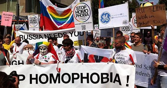 Тысячи берлинцев протестовали против гомофобии в России