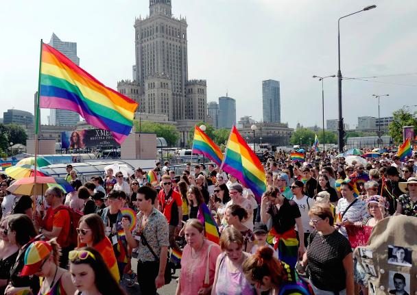 Десятки тисяч людей вийшли на ЛГБТ-марш у Варшаві