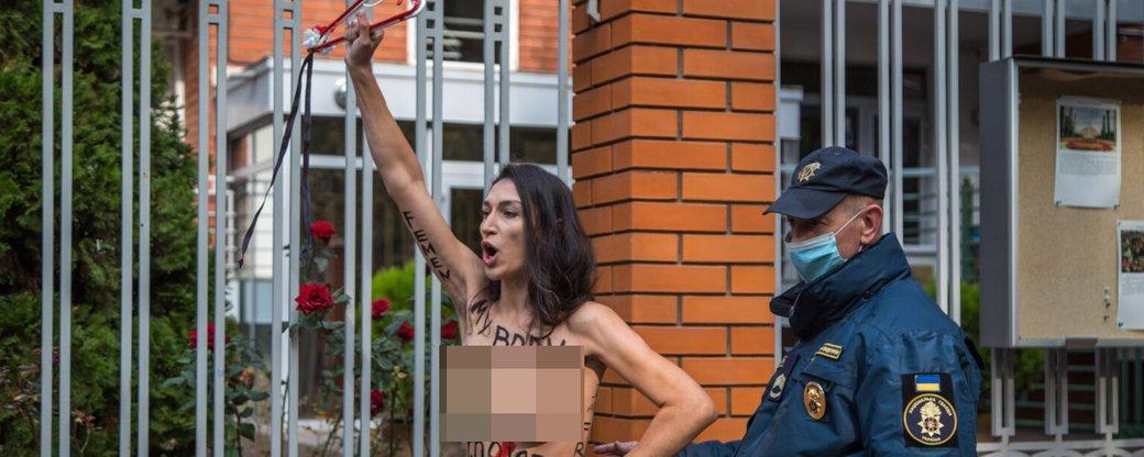 Заборона абортів у Польщі: активістка FEMEN роздяглась під посольством в Одесі