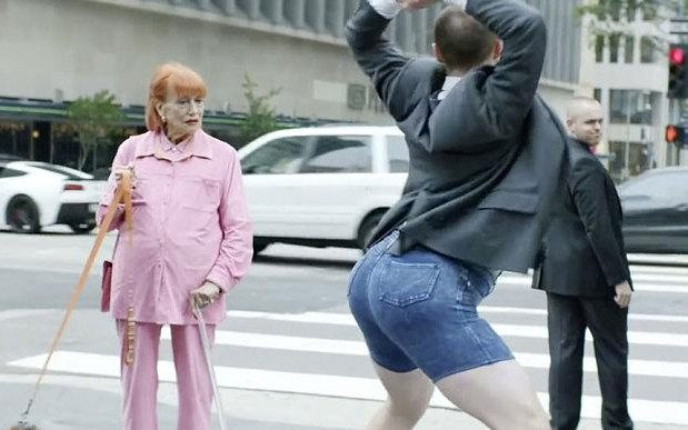 Подборка комедийных видео c танцующим Дейвом от MoneySupermarket