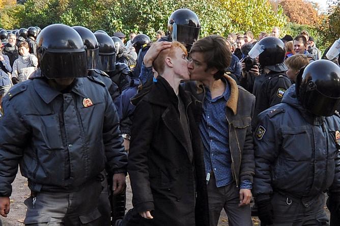 Полиция Петербурга задержала около 70 человек на акции в поддержку ЛГБТ на Марсовом поле